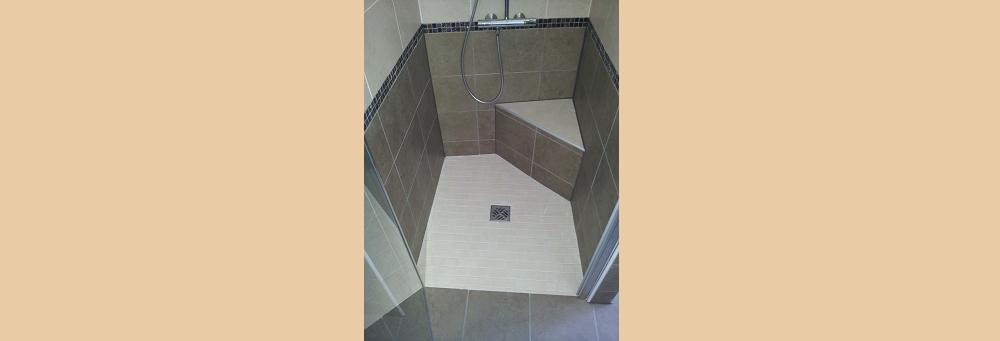 Douche à l'italienne pour une personne à mobilité réduite