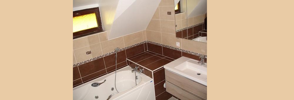Une rénovation sous pente avec baignoire à jets.